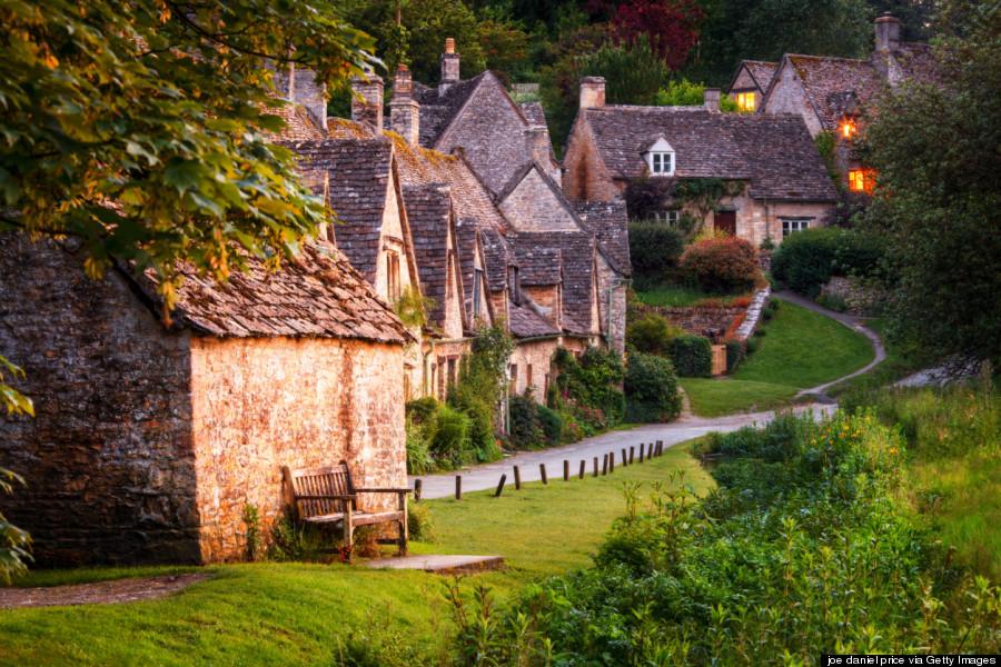 Bibury là một ngôi làng nhỏ ở vùng Cotswold và nằm yên bình bên dòng sông Coln thơ mộng, cách thành phố Cirencester 10 km về phía đông bắc. Ảnh: Huffingtonpost.com