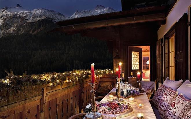 Điểm hút khách nhất ở Chalet Maldeghem chính là địa điểm dùng bữa ngay bên ngoài phòng ngủ và tầm nhìn trong thung lũng Klosters. Ngoài ra, khách sạn luôn có dịch vụ massage trị liệu theo yêu cầu, bể sục ngoài trời và đầu bếp riêng để nấu bất kỳ món ăn nào khách muốn. Ảnh: Alison Hammond.
