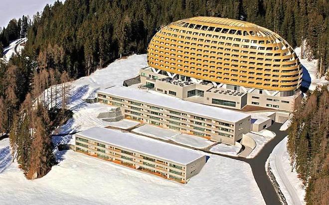 Nằm trong top 50 khách sạn hiện đại nhất thế giới, Intercontinential ở Davos được thiết kế giống tàu vũ trụ dát vàng với mái vòm hứng nắng. Khách sạn có 3 nhà ăn, quầy bar, hệ thống bể bơi trong nhà và ngoài trời cùng phòng xông hơi và 14 phòng trị liệu. Ảnh: Marcel Giger.