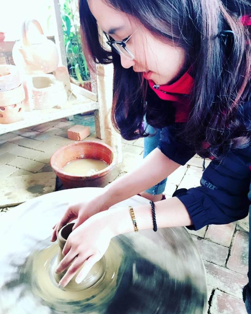 Các bạn trẻ hào hứng với trải nghiệm thử làm gốm. Ảnh: lthg.2802/instagram
