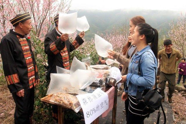 Theo NetEase, chủ sở hữu cửa hàng là các cư dân ở vùng Liên Sơn Trang và Diêu. Họ quyết định kiếm tiền bằng không khí trong lành trên những ngọn núi.
