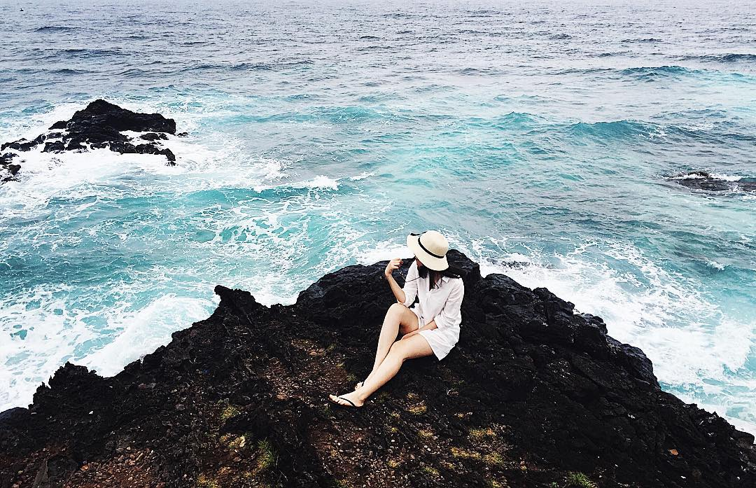 Đảo Bé: Đảo Bé hay còn gọi là đảo An Bình đúng như tên gọi, có diện tích rất bé và trông vô cùng yên bình. Đảo Bé tuy diện tích rất nhỏ, nhưng lại có một bãi tắm đẹp tuyệt vời với làn cát trắng mịn, bao bọc bởi cánh cung vách đá cao, và những con sóng tung bọt trắng xóa ào ạt ngày đêm. Ảnh: linhkul266/ instagram