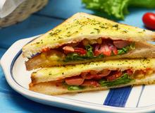 Món ngon cho bé: Bánh mì bơ tỏi kẹp xúc xích nướng