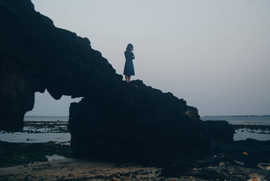 Cổng Tò Vò: Từ cầu cảng chính đi vào cổng chào của Lý Sơn, rẽ trái đi meo theo con đường nhỏ đến gần chùa Đục sẽ thấy một mỏm đá nhỏ nằm sát dưới biển. Đây là một trong những địa điểm yêu thích của các bạn đam mê chụp ảnh khi đặt chân tới Lý Sơn, các bạn có thể cùng bạn bè tới đây để đón những khoảnh khắc khi bình minh lên hoặc khi hoàng hôn dần xuống. Ảnh: linhh_hoangg/instagram