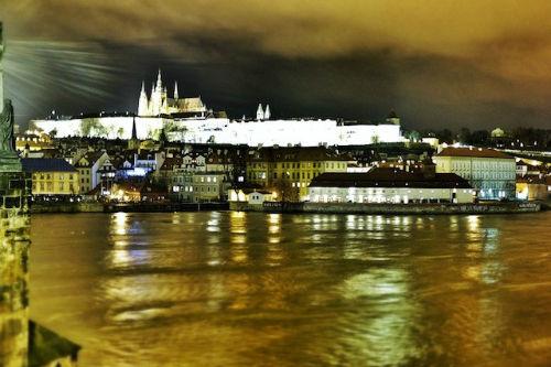 Đi bộ dọc Vltava: Bạn đã chán những đám đông và quá đau chân vì những con đường đá sau vài ngày ở Prague, hãy dành một chút thời gian để cảm nhận sự yên bình trên dòng sông Vltava. Bắt đầu từ chân cầu Charles xuôi theo hướng tây nam của thành phố, bạn có thể vừa đi bộ trên con đường mòn nhỏ nằm ven sông vừa ngắm nhìn khung cảnh thơ mộng hai bên bờ.