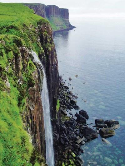 """Thác Mealt chảy dọc """"Chiếc váy đá"""" ở Isle of Skye"""