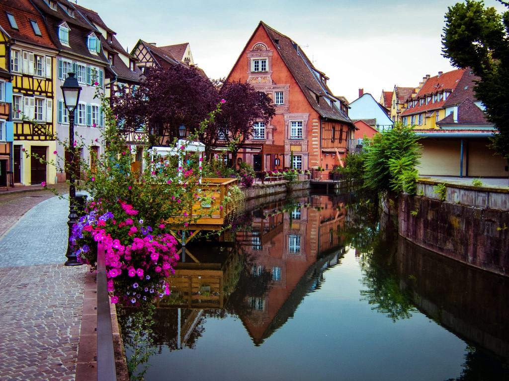 Colmar được mệnh danh là một trong những ngôi làng đẹp nhất nước Pháp, nằm cách Strasbourg – thủ phủ vùng Alsace khoảng 64 km về phía Tây Nam và tọa lạc ngay bên dòng sông Lauch thơ mộng. Ảnh: Rodney Draper