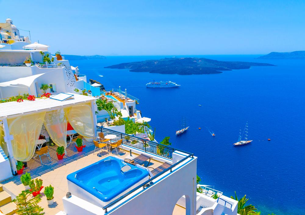 Khi mặt trời lên cao, cả hòn đảo chìm trong một màu xanh mê hoặc của Địa Trung Hải. Ảnh: anywishtour.am
