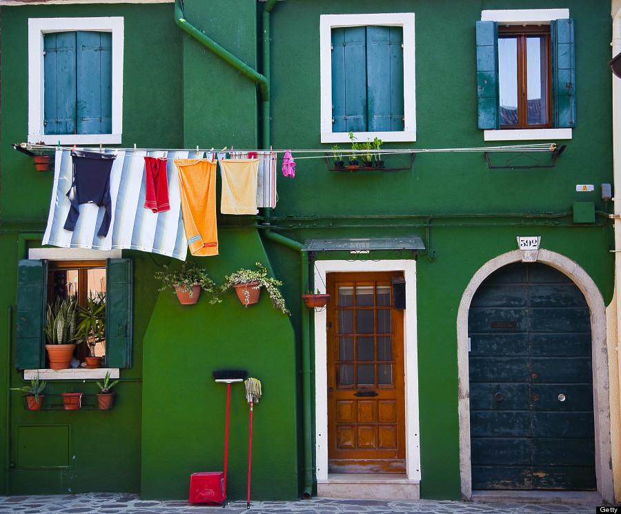 Nằm trong vùng đầm phá Venice, hòn đảo Burano với các công dân đa số là ngư dân. Trong quá khứ, những dãy nhà nhiều màu sắc rực rỡ được sử dụng như ngọn đèn hiệu cho các ngư dân tìm đường về nhà sau một ngày dài trên biển. Ảnh: Huffingtonpost.com