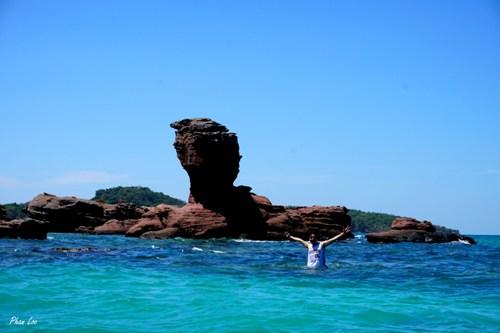 Du khách lặn ngắm san hô gần đảo.