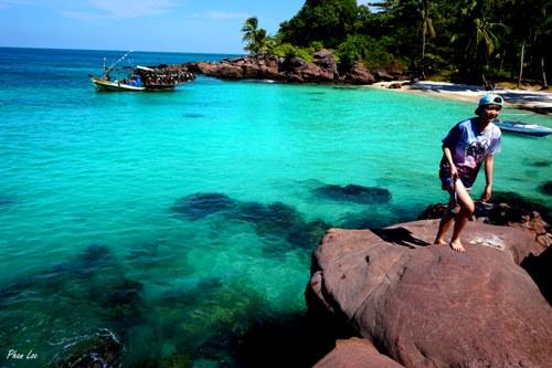 Du khách khám phá khu vực xung quanh đảo.