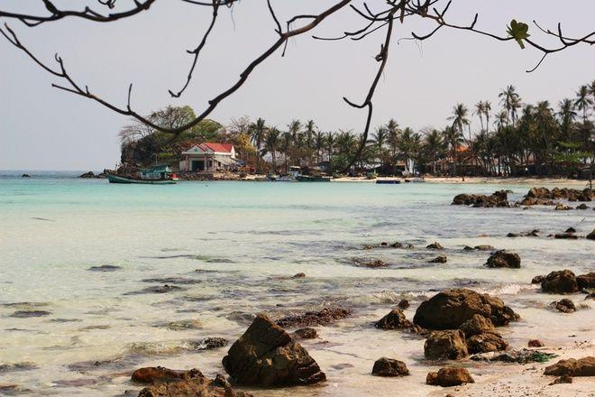 Rời đảo Củ Tron, du khách tham gia tour khám phá các hòn đảo bắt đầu với hòn Mấu. Đây được đánh giá là hòn đảo với cảnh sắc thiên nhiên đẹp nhất ở Nam Du.