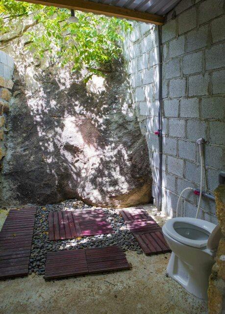Khu vệ sinh thoáng mát, tận dụng ánh sáng thiên nhiên tối đa