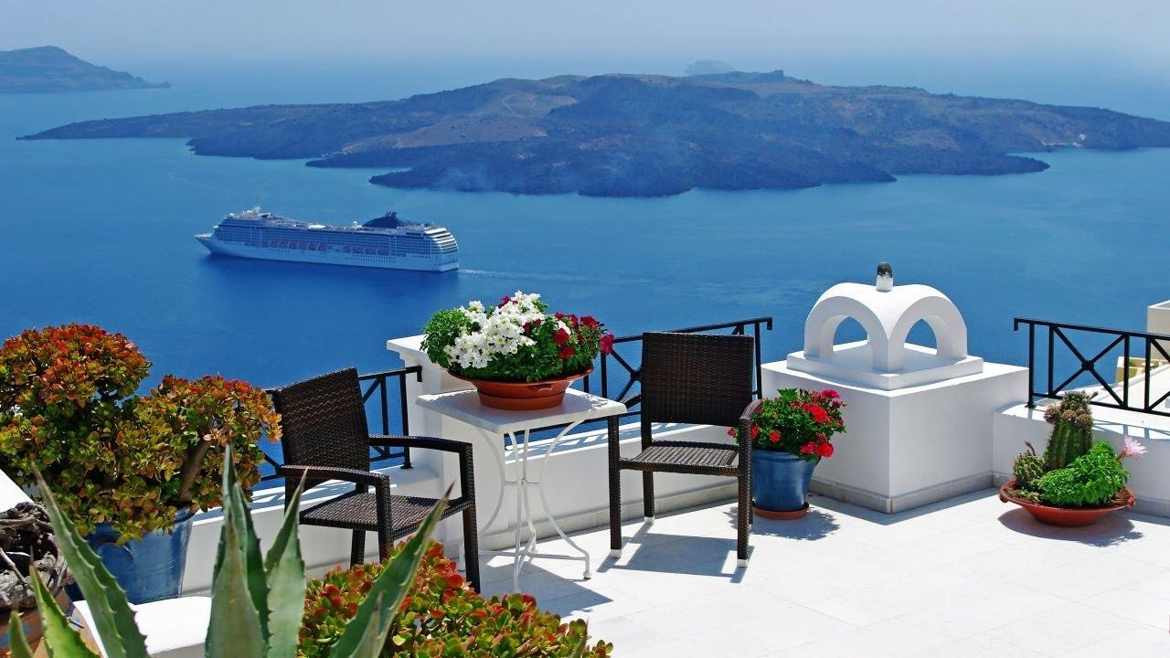 Để đến với Santorini, bạn sẽ mất một đêm đi phà Blue Star từ cảng Piraeus ở Athens. Nếu không có quỹ thời gian dư giả, bạn có thể đáp máy bay từ Athens thẳng tới Santorini trong vòng chưa đầy một giờ đồng hồ. Ảnh: ST