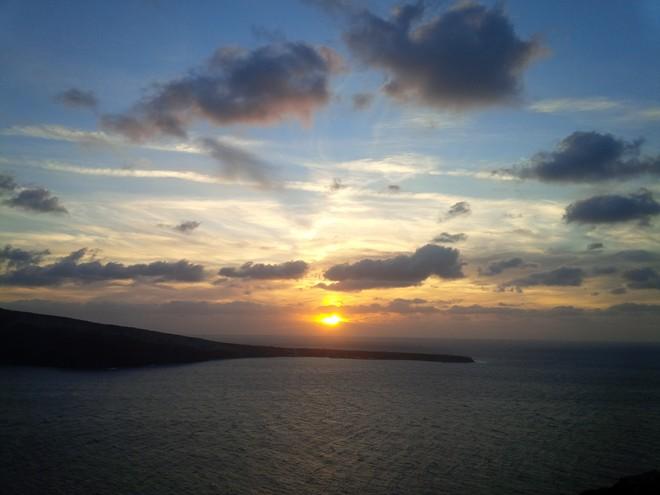 Mặt trời xuống, lộng lẫy và huy hoàng lần cuối trong ngày. Không chân trời nào rộng, kiều diễm và mê hoặc như ở Santorini . Bầu trời bừng sáng lên những giây cuối cùng, cả hòn đảo chìm trong ánh dương vàng lộng lẫy.