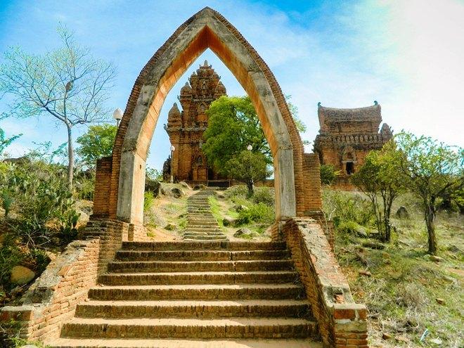 Tháp Po Klong Garai nằm trên ngọn đồi Trầu, phường Đô Vinh, thành phố Phan Rang – Tháp Chàm. Ảnh: Bảo Nghi