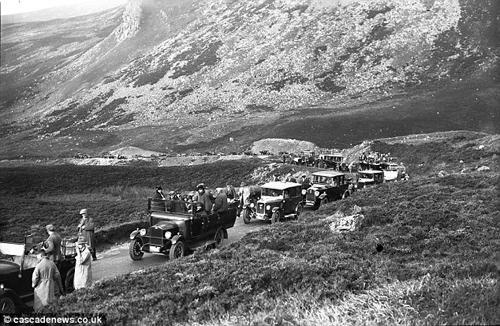 Con đường nguy hiểm này từng là một phần của quốc lộ A93, nơi nhiều xe cộ qua lại, và nằm về phía nam Cairnwell, một điểm đèo cao gần 700 m.