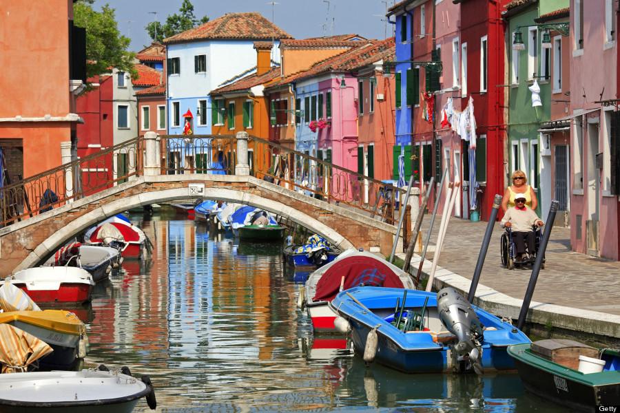 Phương tiện chính mà người dân dùng để di chuyển từ Burano sang các đảo xung quanh là thuyền, xuồng. Chúng được neo đậu trước cửa nhà mỗi người. Ảnh: Huffingtonpost.com