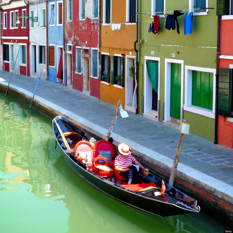 Mặc dù không có những công trình kiến trúc đồ sộ, đặc sắc nhưng Burano thanh bình được ví như phiên bản thu nhỏ của Venice với nhiều con kênh, rạch chạy dọc, ngang dãy phố. Ảnh: Huffingtonpost.com