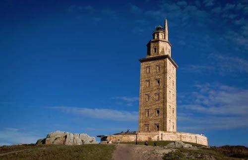 Tháp Hercules 7 tầng trong ánh bình minh. Ảnh: Ancient Origins.