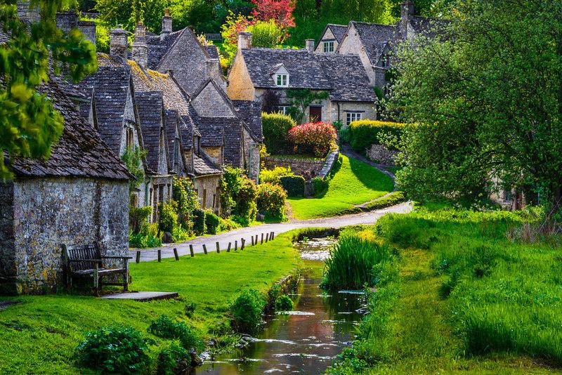 Bibury gồm những ngôi nhà lát đá, sơn màu mật ong đặc trưng kiến trúc làng quê kiểu Anh vào thế kỷ 17. Địa điểm được lên ảnh nhiều nhất là Arlington Row, một tổ hợp bao gồm các tòa tháp bằng đá từ thế kỉ 14, được tái tạo thành nhà cho các thợ dệt vào những năm 1600. Ảnh: jharrisonphoto.com