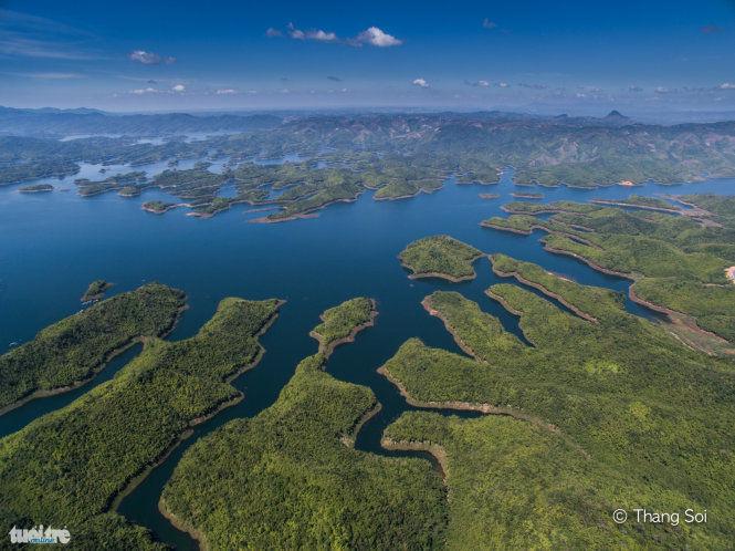 Hồ Tà Đùng với 36 hòn đảo lớn nhỏ nằm ở huyện Đắk G'long, Đắk Nông. Nhìn từ trên cao nơi đây giống như vịnh Hạ Long thu nhỏ - Ảnh Lê Thế Thắng