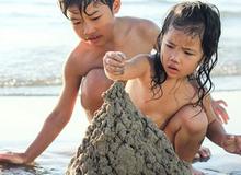 Hè này đi biển bố mẹ phải cân nhắc khi cho con nghịch cát vì lý do sau