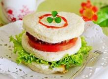 Bánh sandwich bò cho bữa sáng cuối tuần