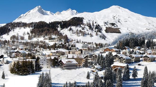 Davos là một thị trấn thuộc bang Graubunden, Thụy Sĩ, nằm bên bờ sông Landwasser và một phần dãy Alps. Cách mặt nước biển 1.560 m, Davos là thị trấn cao nhất châu Âu. Từ giữa thế kỷ 18, Davos là điểm đến phổ biến cho người ốm yếu do khí hậu thung lũng cao được cho là điều kiện tuyệt vời của người bệnh phổi. Nhờ địa hình băng đá tự nhiên, Davos trở thành thánh địa cho người yêu thích trượt băng và là khu nghỉ mát nổi tiếng của giới nhà giàu đến từ Anh và Hà Lan. Ảnh: Rixos.