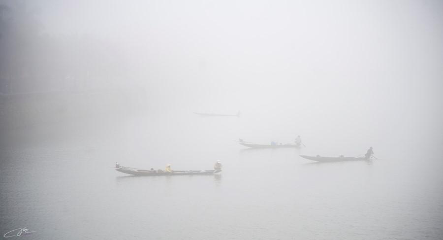 Những chiếc thuyền câu bé nhỏ giữa làn sương trắng. Cuộc sống như chậm lại trong những sáng sương mù về, ai cũng chậm lại để ngắm nhìn nét huyền ảo của xứ mộng mơ.