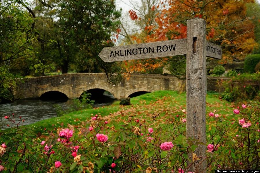 Con sông Coln đã góp phần rất lớn trong việc tạo nên vẻ đẹp độc đáo của làng Bibury. Dòng nước chảy quanh co qua nhiều góc của ngôi làng với đôi bờ xanh mướt cỏ cây, hoa lá. Những cây cầu đá cong cong bắc qua dòng kênh nhỏ cũng là một trong những nét đẹp không thể bỏ qua nếu có dịp ghé thăm Bibury. Ảnh: Huffingtonpost.com