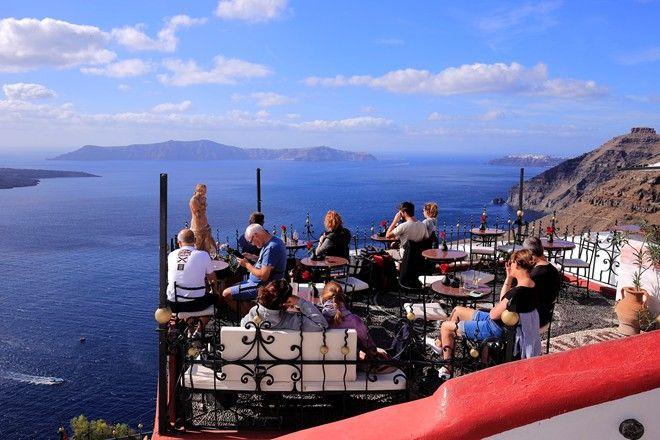Quán cà phê với góc nhìn thoáng đãng hướng ra biển.