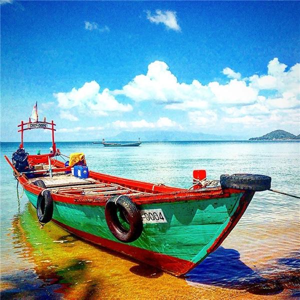 """Những chiếc thuyền đơn sơ đưa bạn """"thoát khỏi"""" cuộc sống nhộn nhịp để về với vùng đảo bình yên. (Ảnh: Instagram)"""