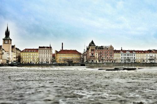 Đi xuồng xuôi dòng sông Vltava: Nếu bạn không muốn đi bộ hết con đường mòn ven sông Vlata thì hãy đón một chuyến tàu ba tiếng xuống Český Krumlov thuộc phía nam thành phố và thuê một chiếc xuồng cao su để khám phá dòng sông này. Trên đường đi, bạn sẽ bắt gặp cảnh tượng hàng trăm chiếc xuồng khác cũng đang lênh đênh trên mặt nước và được nhìn ngắm khung cảnh xứ Bohemian xinh đẹp.