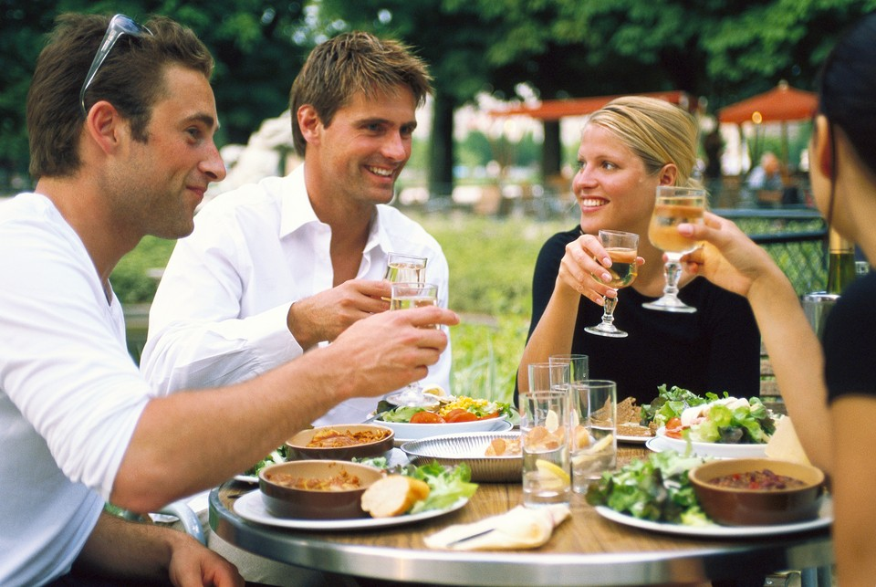 Coi mọi bữa ăn đều là đại tiệc: Người Pháp coi ẩm thực như nghệ thuật. Các bữa ăn có thể kéo dài hàng tiếng đồng hồ với nhiều món. Họ thường ăn khi có thời gian thưởng thức hơn là vội vàng gọi đồ mang đi. Ngay cả những món tráng miệng cũng được nhâm nhi một cách trân trọng. Ảnh: Ethnicfoodsrus.