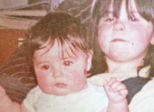 Hai con gái bị người trông trẻ lạm dụng tình dục từ năm lên 8 mà mẹ không hề biết
