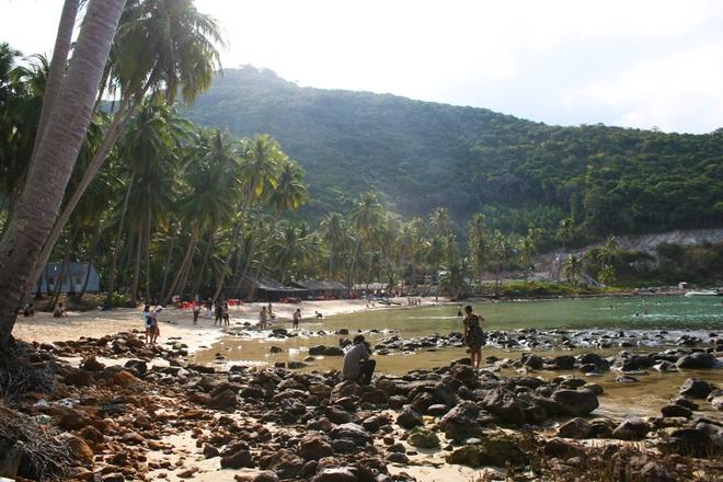 Bãi Cây Mến là một vịnh, nước biển xanh biếc với diện tích 600 m2 nằm gọn trong vịnh Thái Lan.