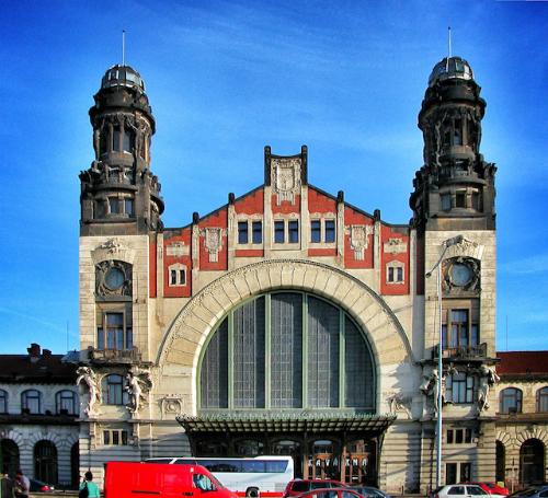 """Thăm Ga tàu Trung tâm Trước đây, Ga tàu Trung tâm khá hỗn loạn bởi đây là nơi tụ tập của nhiều người vô gia cư. Sau một cuộc cải cách lớn, ga tàu này đã trở nên hiện đại và văn minh hơn. Nơi đây vẫn giữ được một số nét kiến trúc xưa mà du khách có thể chiêm ngưỡng như các mái vòm cao ngất, các cửa kính rực rỡ và """"Mother of Cities"""" - các bức tượng chân dung đại diện cho phụ nữ Prague."""