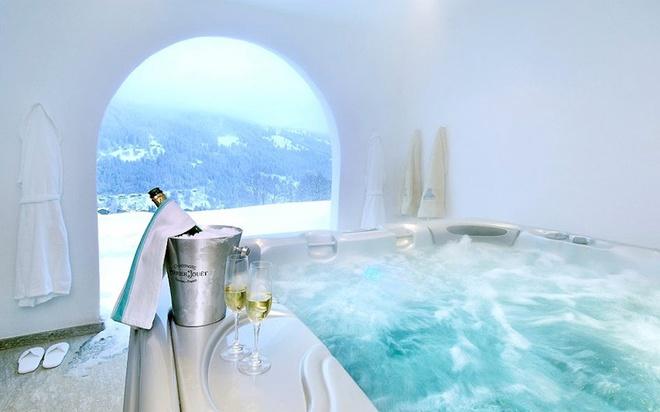 Dù chỉ có 4 tầng nhưng Chalet Chesa Falcun lại có sân thượng ngoài trời cực lớn với tầm nhìn bao quát toàn bộ thung lũng Klosters. Nơi đây được thiết kế gồm phòng tắm hơi, phòng massage và bồn nước nóng ngoài trời có mái che. Ảnh: Marcel Giger.