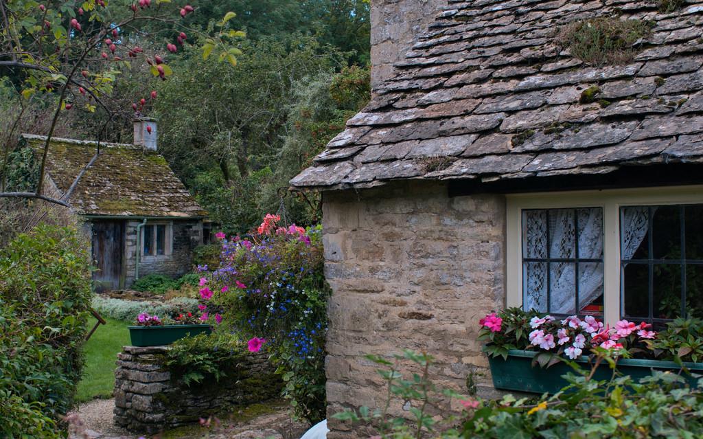 Ngôi làng này nổi tiếng với những căn nhà được xây bằng đá sa thạch cổ kính tồn tại suốt hàng trăm năm, mang đậm nét kiến trúc cổ kính, yên bình của vùng Cotswold. Dường như cả ngôi làng được bao phủ bởi một màu nâu đen bóng bẩy.Ảnh: Circa MCMLX