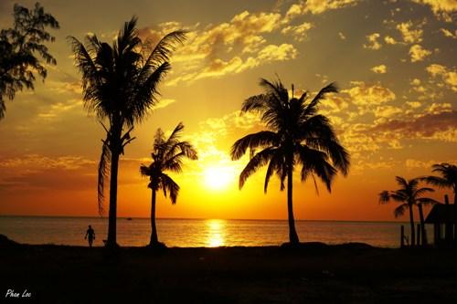 Ánh hoàng hôn rực rỡ trên đảo Móng Tay.