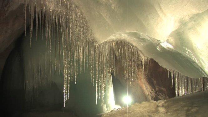 Nhũ băng trong động băng Eisriesenwelt - Ảnh: framepool