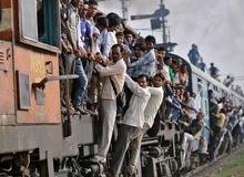 Hãi hùng với khung cảnh đông đúc ở những tuyến đường sắt Ấn Độ