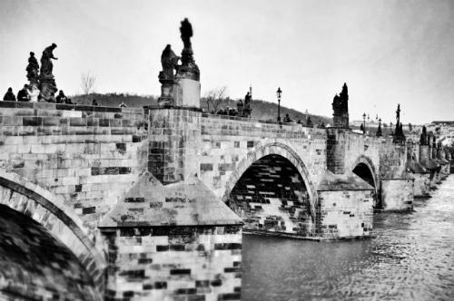 Ngắm bình minh trên cầu Charles: Cây cầu cổ kính Charles là một điểm đến quen thuộc đối với bất kỳ ai có cơ hội đặt chân đến Prague. Thời gian lý tưởng để ghé thăm cây cầu này là vào lúc bình minh vì lúc này chưa quá đông đúc. Cầu chỉ dành cho người đi bộ nên bạn sẽ dễ dàng bắt gặp cảnh tượng các nghệ sĩ đường phố đang biểu diễn trên cầu.