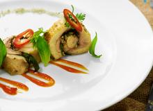 Món nấu nhanh: Gà cuộn lá xá xị nướng