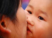 Khi nào thì bố mẹ nên ngừng hôn lên môi con?