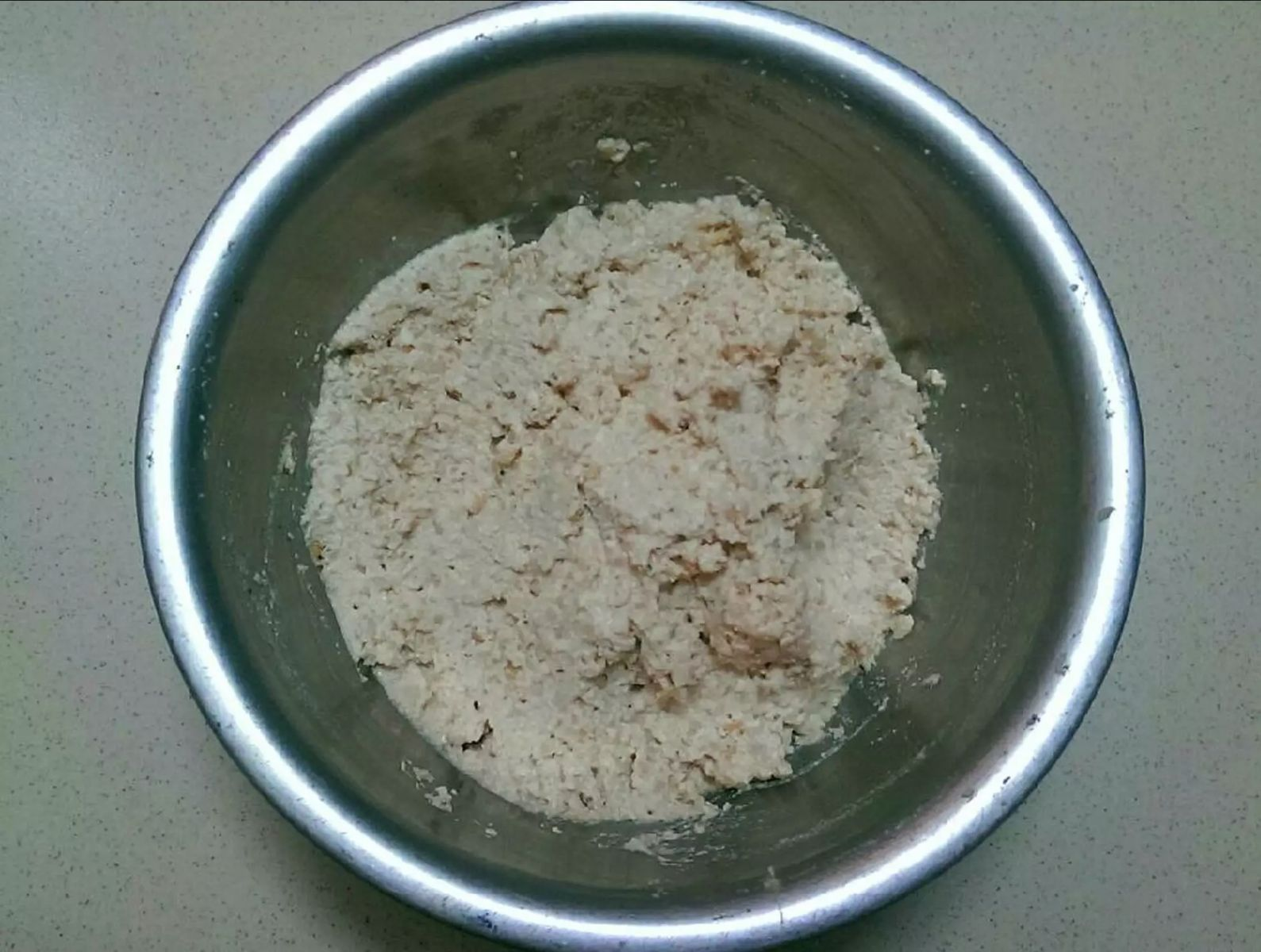 Trộn đậu hủ, củ sắn cùng hạt nêm + đường + nước tương + tiêu + boa rô băm nhuyễn cho vừa ăn. Cho thêm muỗng tương cà vào cho có màu phớt phớt hồng & ít vỏ bánh mì bóp vụn hoặc bột gluten vào để tạo độ kết dính.