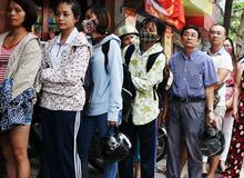 Người Hà Nội nhẫn nại xếp hàng từ sáng tinh mơ, chờ hơn 1 giờ đồng hồ để mua bánh Trung thu cổ truyền