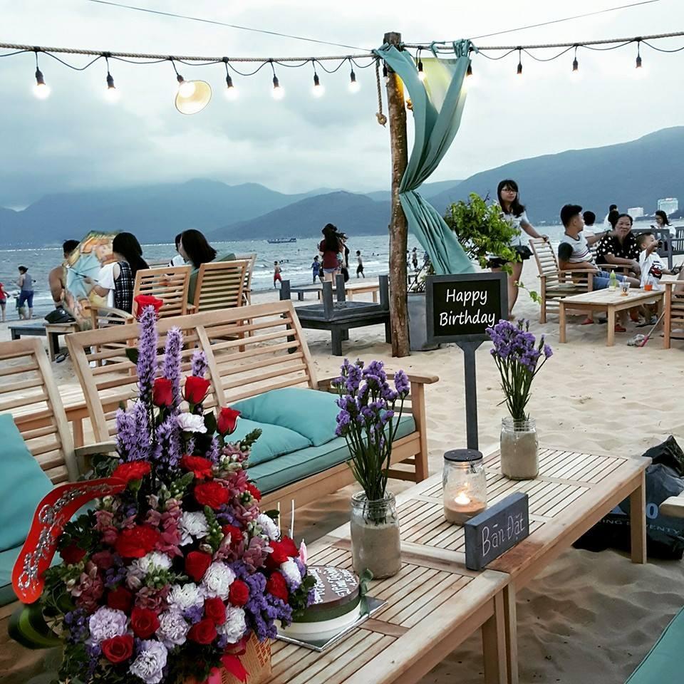 Quy Nhơn: Thành phố trung tâm của Bình Định luôn hấp dẫn bởi núi non cùng biển cả hòa quyện tạo nên cảnh sắc hùng vĩ, thơ mộng. Du khách sẽ có một kỳ nghỉ lý tưởng khi đến mảnh đất trải dài như hình cánh cung, với một bên là biển xanh sóng vỗ rì rào, một bên là các khách sạn, resort hiện đại hóng gió biển. Ảnh: noibanden.com