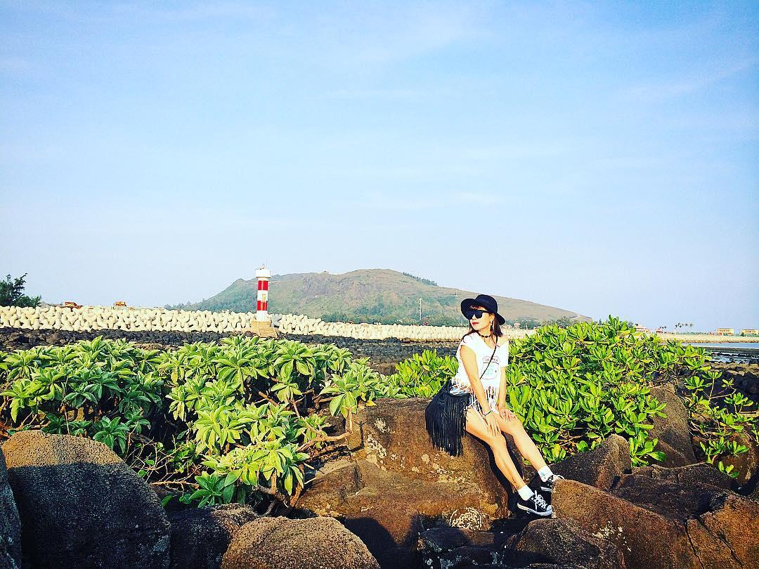 Hòn Mù Cu: Hòn Mù Cu nằm ở phía đông đảo cách trung tâm huyện 3.2 km sát với vũng neo đậu tàu thuyền An Hải. Là nơi rất đẹp bởi những hòn đá đen có nhiều kiểu độc đáo tạo nên, đây cũng là nơi nghĩ mát và ngắm mặt trời mọc lý tưởng trên đảo. Ảnh: tieuthuhoagiay/ instagram